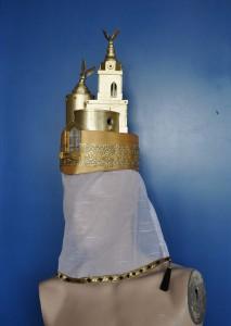 Handgemaakte hoed bijpassend bij het kostuum.